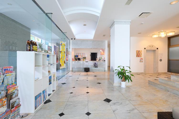 【ホテルフロント係♪】奄美大島南部にあるリゾートホテルのお仕事です!